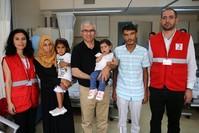الطفلة مع أبويها والطبيب المعالج (الأناضول)