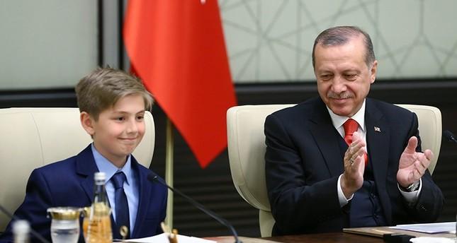 أردوغان يسلم مهام منصبه مؤقتاً لطفل بالصف الرابع الابتدائي
