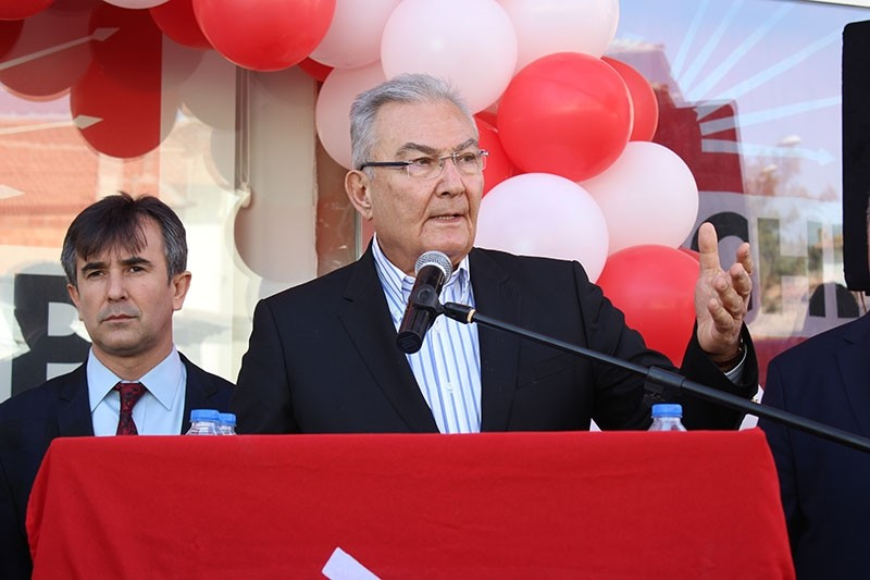 Deniz Baykal, former chair of main opposition party Peoples' Republican Party (CHP) holds a speech. (AA Archive Photo)