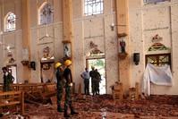 عناصر من الشرطة السريلانكية يتفحصون كنيسة سانت سباستيان عقب التفجير الذي وقع بها أمس الأحد 21 أبريل 2019 (رويترز)