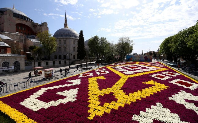 World's largest 'tulip carpet' awaits visitors in Istanbul