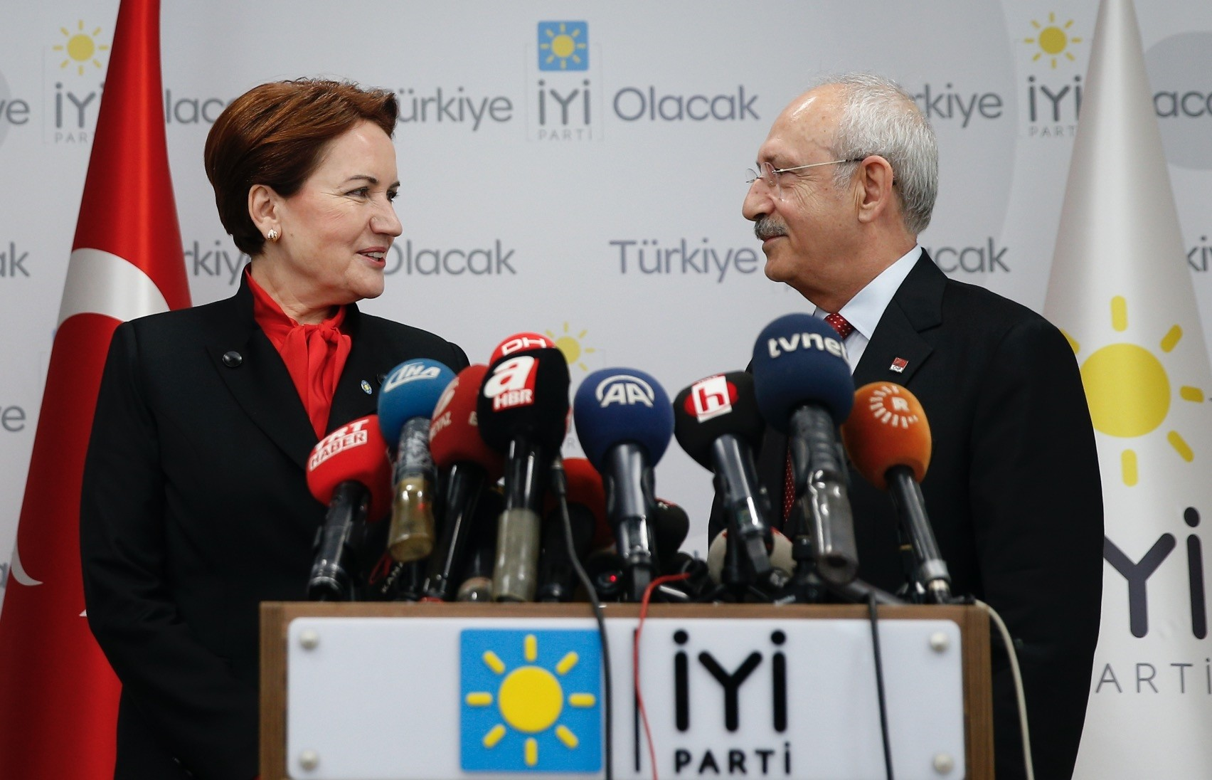 With the move of transferring deputies, the CHP allowed the u0130P the right to create a parliamentary group, which is the safest way for Aku015fener to become a presidential candidate.