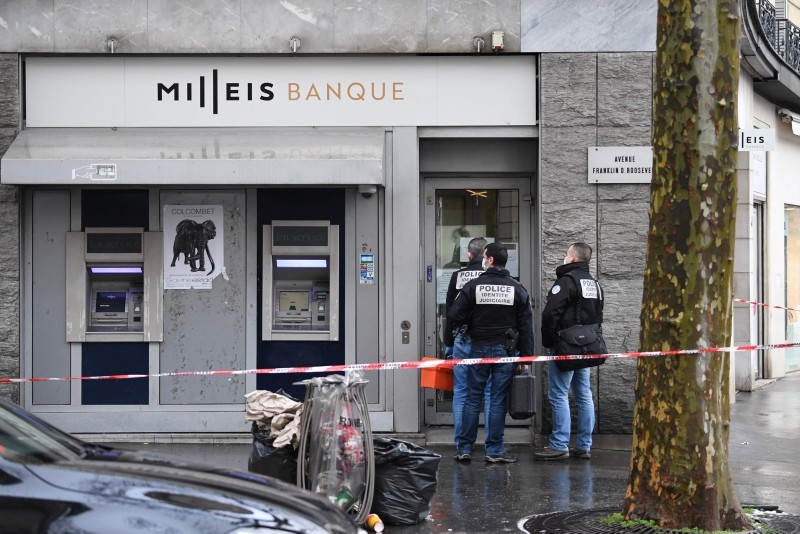 French police check the entrance to the Milleis Banque close to the Champs-Elysees Avenue in central Paris on January 22, 2019, following a robbery earlier in the day. (AFP Photo)