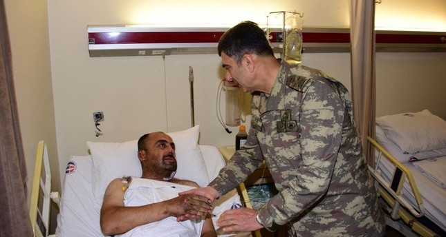 قائد القوات البرية التركية يتفقد الجنود المصابين في غارة الأمس شمال سوريا