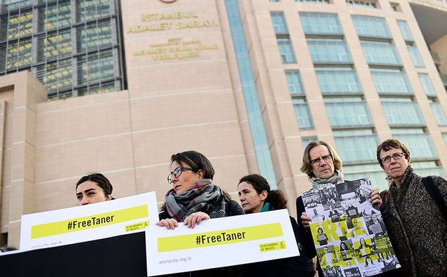 A group of human rights activists gather outside the Çağlayan Courthouse in Istanbul on Jan. 31, 2018, demanding the release of Amnesty International head for Turkey, Taner Kılıç. (AFP Photo)