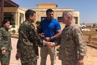 Das am 22. Juli auf Twitter geteilte Foto zeigt US-General McKenzie (rechts) beim Händeschütteln mit SDF-Chef Mazlum Abdi. (@mustefabali)