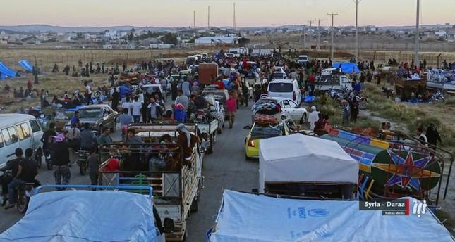 تدفق الهاربين من قصف النظام السوري نحو الحدود الأردنية المغلقة (AP)