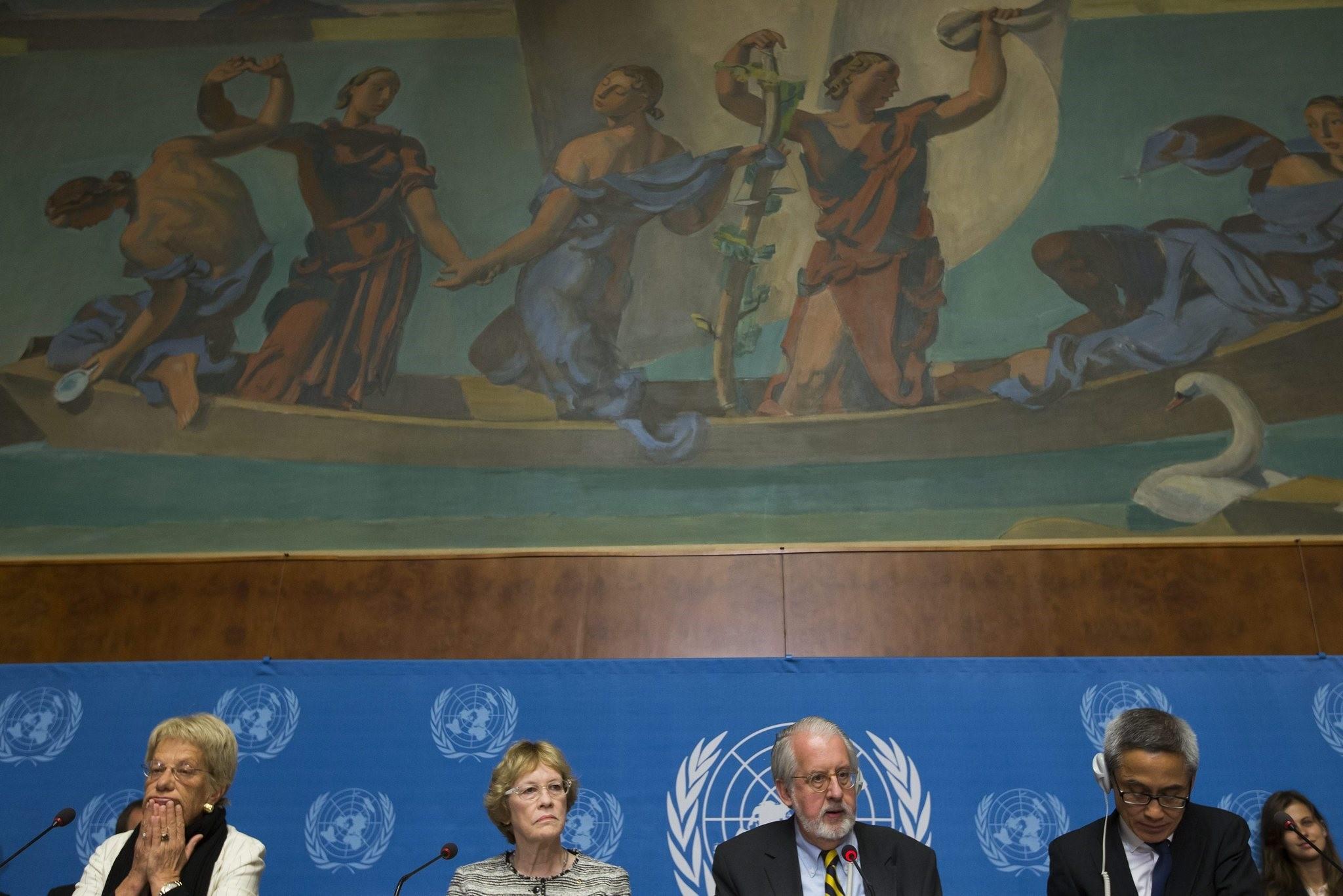 (L-R) Switzerland's Carla del Ponte, US Karen Koning Abuzayd, and Thailand's Vitit Muntarbhorn, at the the United Nations in Geneva, Switzerland, 16 September 2013. (EPA Photo)