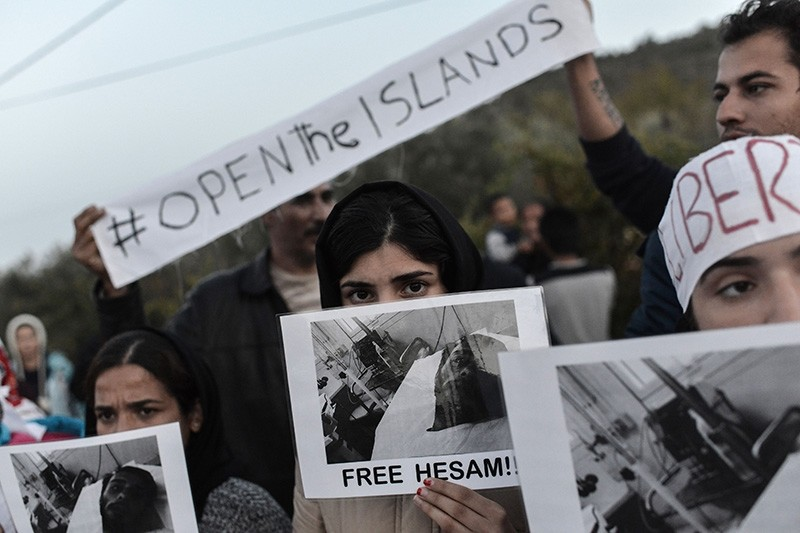 Refugees and migrants protest outside the Moria detention center in Mytilene on November 14, 2017, demanding to be released from the Greek island of Lesbos. (AFP Photo)