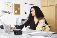 Auch wenn sie berufstätig sind, leisten Frauen einer Studie zufolge weiterhin den größten Teil der unbezahlten Hausarbeit, Kinderbetreuung und Pflege von Angehörigen. Frauen zwischen 18 und 64...