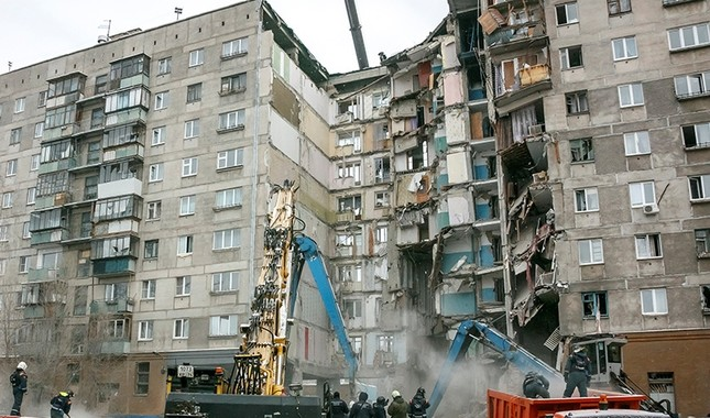 Russian Emergencies Ministry members work at the site of a partially collapsed apartment block in Magnitogorsk, Russia Jan. 3, 2019. (Reuters Photo)
