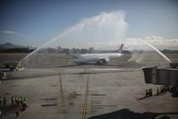 الطائرة الحديثة بوينغ دريملاينر 787 –900 تهبط لأول مرة في مطار إل دورادو الدولي بالعاصمة الكولومبية بوغوتا (الأناضول)
