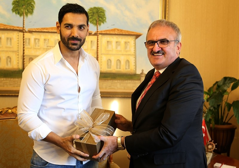 John Abraham (left) receives a gift from Antalya Governor Mu00fcnir Karalou011flu, Nov. 6, 2017 (AA Photo)