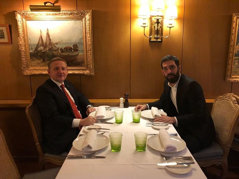 Medipol Bau015faku015fehir President Gu00f6ksel Gu00fcmu00fcu015fdau011f, left, meeting with Barcelona's Arda Turan (Photo courtesy of Medipol Bau015faku015fehir)