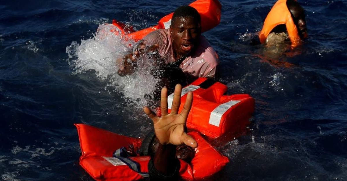 Migrants try to stay afloat after falling off their rubber dinghy in international waters some 15 nautical miles off the coast of Zawiya in Libya, April 14, 2017. (REUTERS Photo)