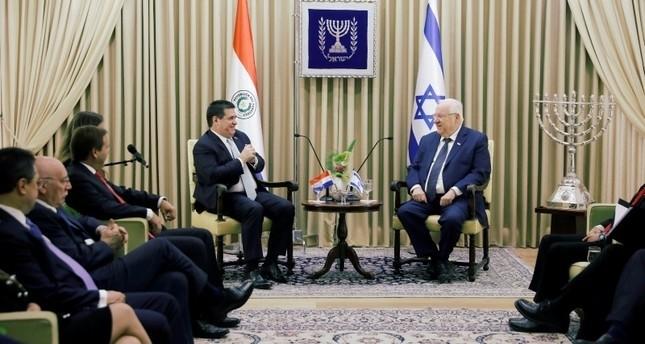رئيس باراغواي هوراسيو كارتيس مع نظيره اإسرائيلي رؤوفين ريفلين بعد افتتاح سفارة باراغواي في القدس 21 مايو 2018 (رويترز)