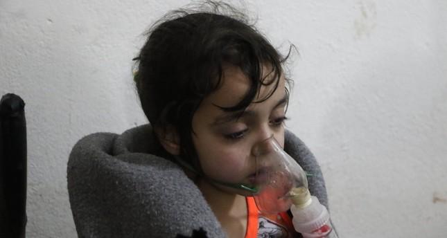 من ضحايا قصف النظام للمدنيين بالغازات السامة في الغوطة الشرقية (الأناضول)