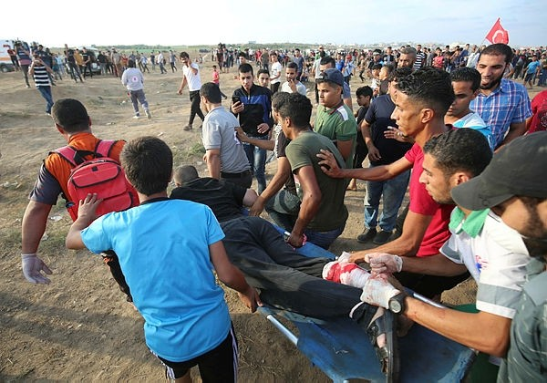 Palestinian paramedics carry a wounded protester during clashes with Israeli forces east of Gaza city, along the Gaza-Israel border in the Gaza Strip on October 5, 2018.  (AFP Photo)