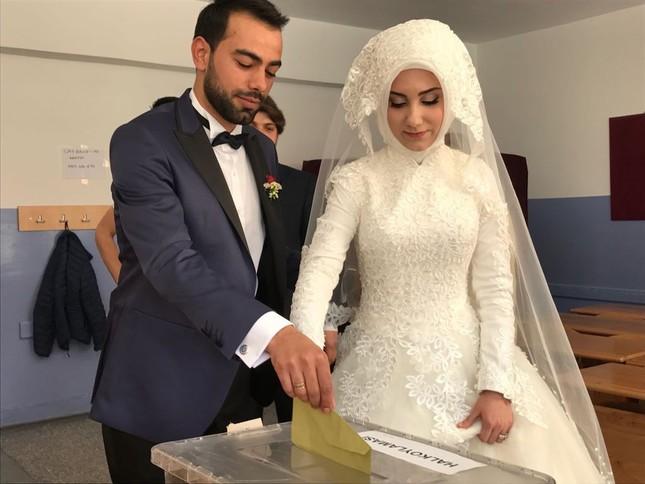 Vor der Hochzeit gibt ein Paar in Çorum ihre Stimmen ab (IHA Foto)