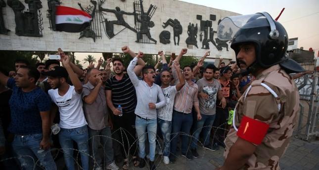 من احتجاجات العراقيين ضد الفساد والوضع الاقتصادي (الفرنسية)