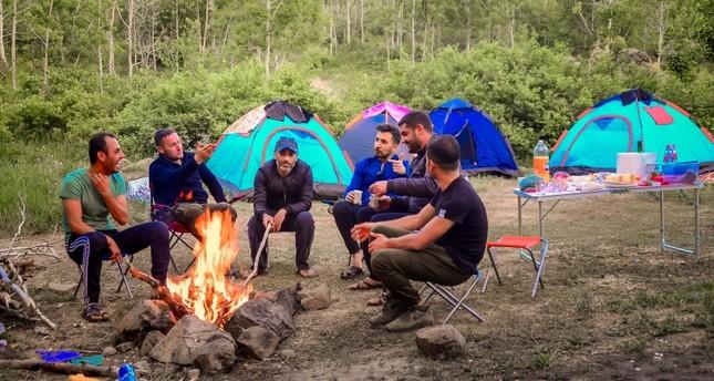 مخيم سياحي ساحر على ضفاف بحيرة نمرود البركانية التركية