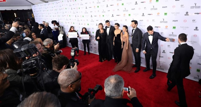 Продюсер и актеры сериала Cesur ve Guzel («Отважный и Красавица») на церемонии награждения международной премии International Emmy Awards в Нью-Йорке, США, 20 ноября 2018 г. (Фото: АА)