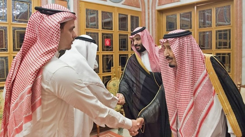 A handout picture provided by the Saudi Press Agency (SPA) on October 23, 2018 shows Saudi King Salman (R), his son Crown Prince Mohammed bin Salman (2nd R), meeting with family members of slain journalist Jamal Khashoggi in Riyadh. (AFP Photo)
