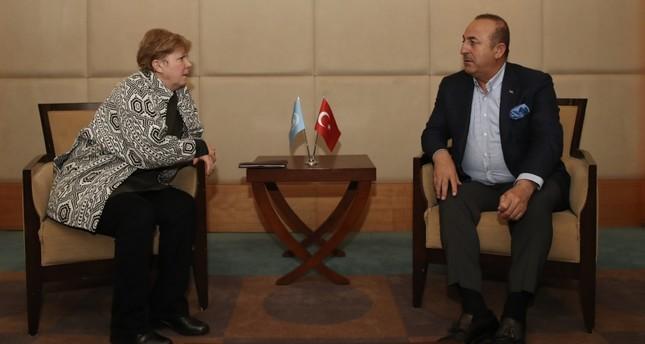 وزير الخارجية التركي مولود تشاوش أوغلو مع مستشارة الأمين العام للأمم المتحدة لشؤون قبرص جين هول لوت (الأناضول)