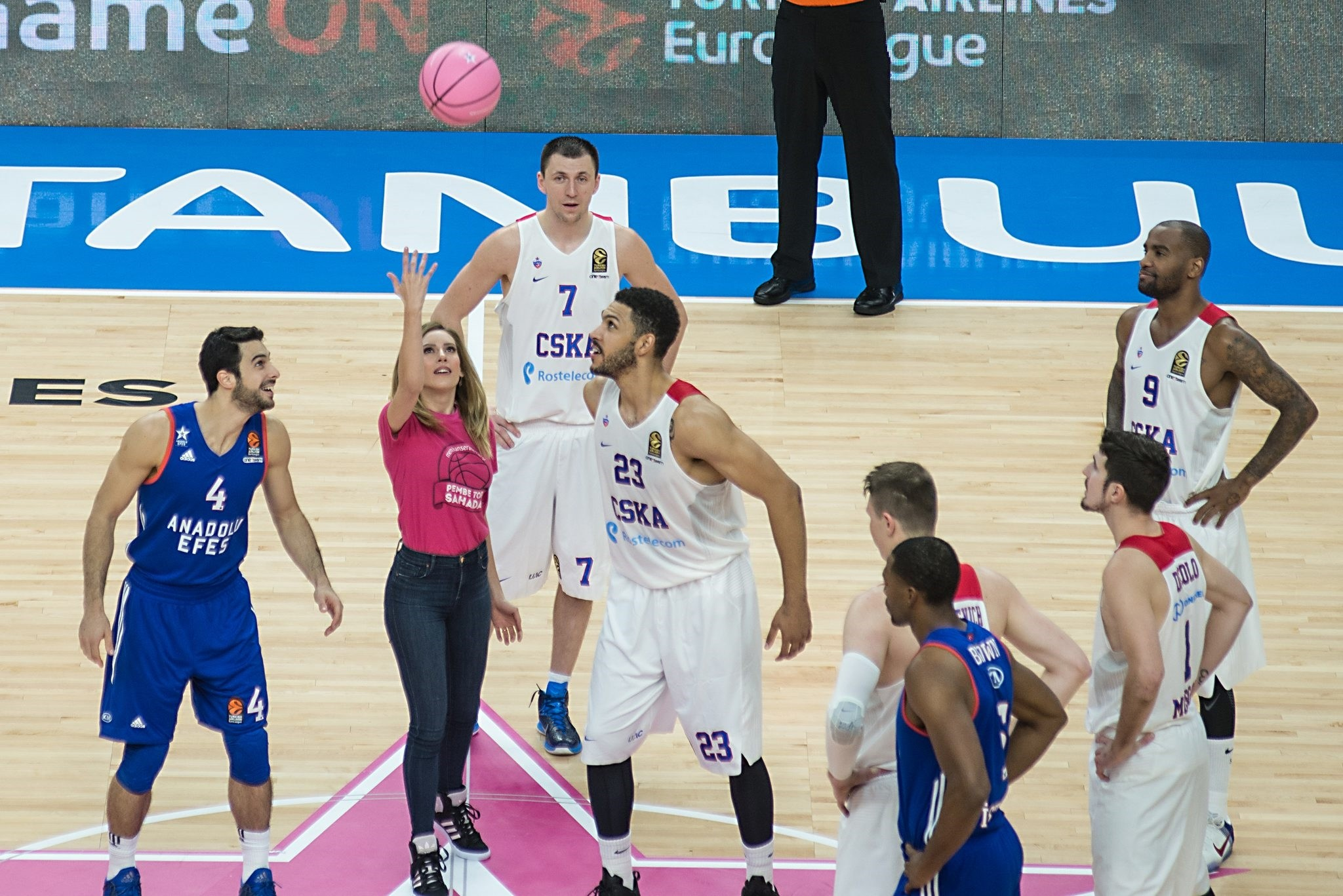 Turkish actress Sinem Kobal threw the pink jump ball in the opening game of the Turkish Airlines EuroLeague 2016-2017 season. (AA Photo)