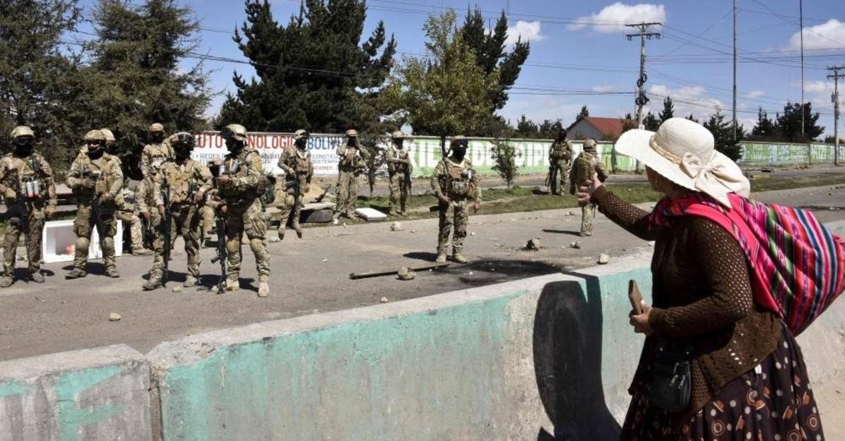 A woman yells at soldiers guarding the Senkata fuel plant, El Alto, Nov. 20, 2019. (AFP Photo)