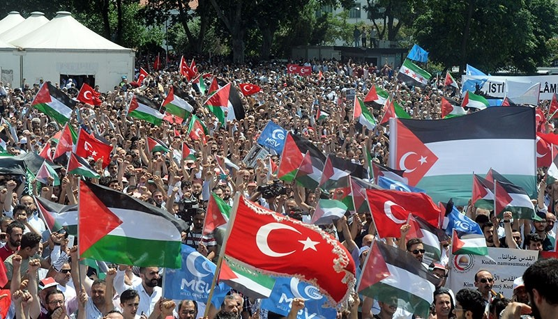 Protesters waving Turkish and Palestinian flags condenmed Israel's restrictions on Al-Aqsa Mosque, in Beyazu0131t Square, Istanbul, July 21, 2017. (DHA Photo)