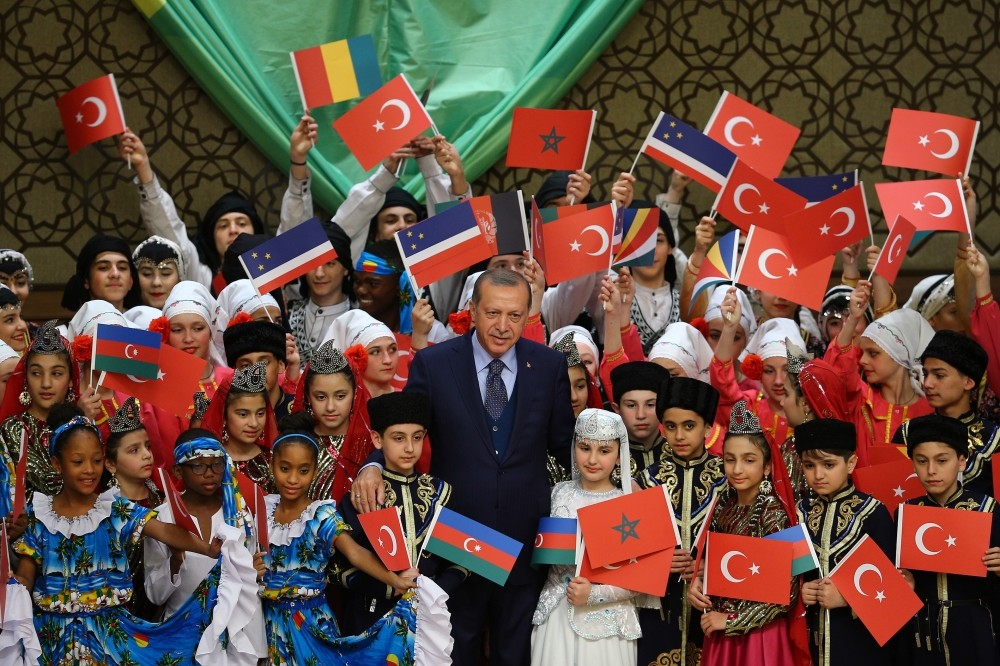 Erdou011fan hosted children from 26 countries in the Presidential Palace.