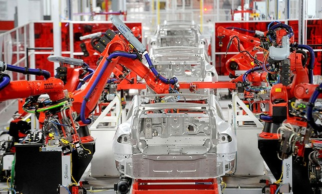 Robotic arms assemble Tesla's Model S sedans at the company's factory in Fremont, California, June 22, 2012. (Reuters Photo)