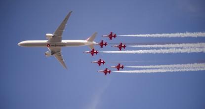 عروض مبهرة لـالنجوم التركية بجوار بوينغ 777 في سماء إسطنبول