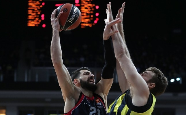 Baskonia's Tornike Shengelia (L) in action against Fenerbahçe Doğuş's Nicolo Melli (R) during a Euroleague basketball game in Istanbul, last week.