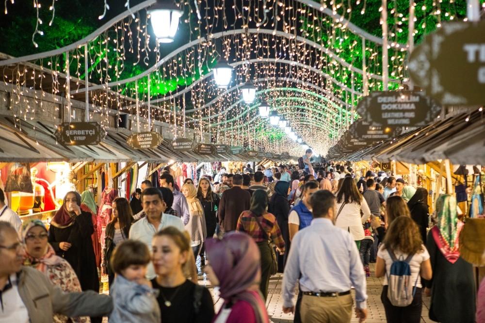 Fatih Municipality set up a bazaar titled u2018Centuries-old tastes and artsu2019 as part of Ramadan activities.