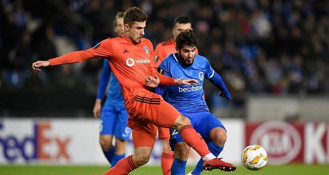 Beşiktaş's Caner Erkin L and Genk's Alejandro Pozuelo R fight for the ball during the UEFA Europa League football match between Genk and Besiktas at the Luminus Arena Stadium in Genk on Nov. 8, 2018. AFP Photo