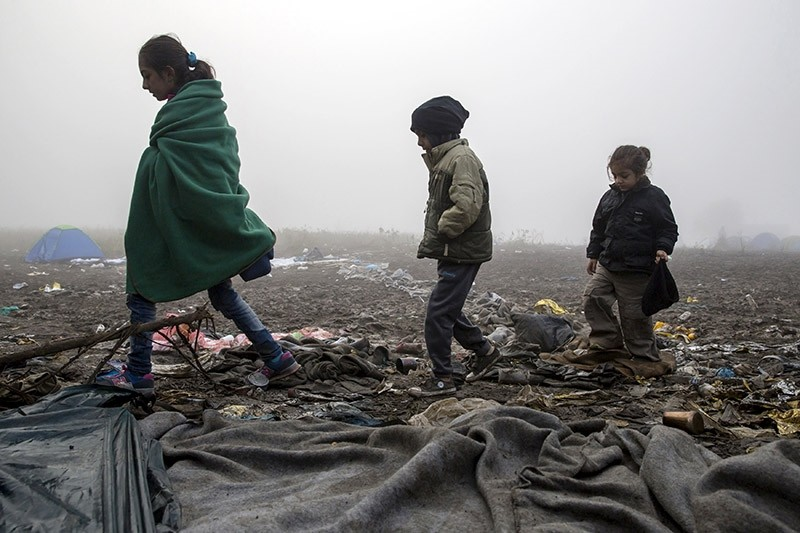 Migrant children walk as they wait to cross the border with Croatia near the village of Berkasovo, Serbia, October 22, 2015 (Reuters File Photo)