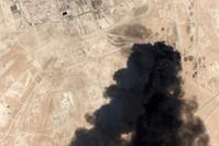 صورة من الأقمار الصناعية تظهر الدخان الأسود يتصاعد من منشأة أرامكو بعد استهدافها بطائرات بدون طيار (AP)