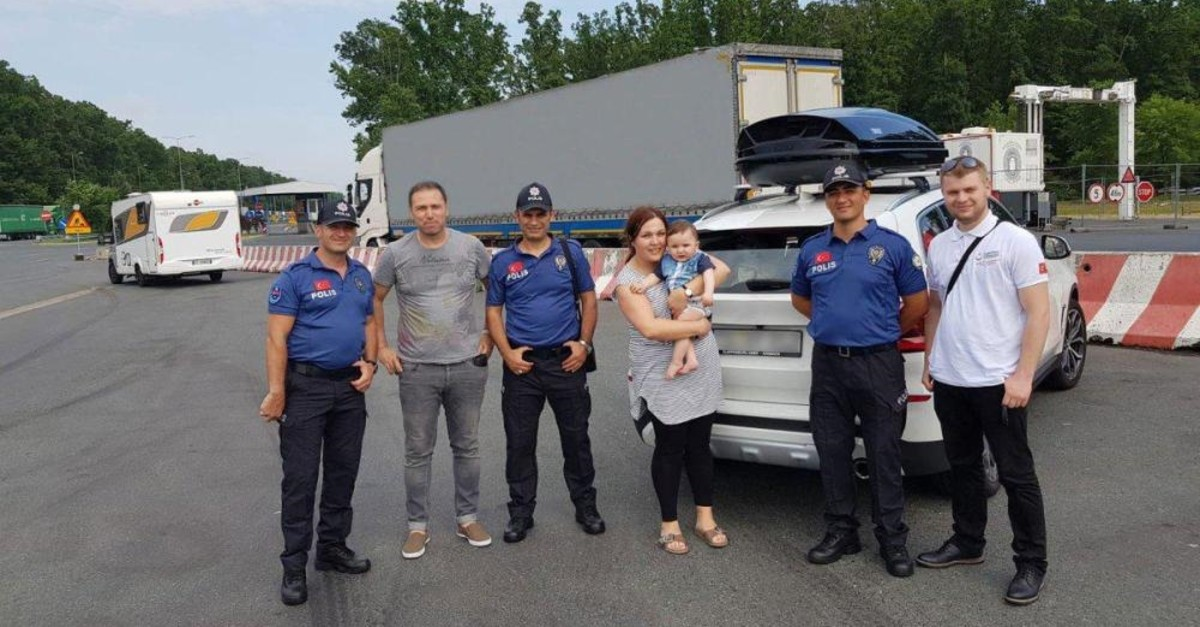 Turkish police and YTB staff help expatriates at the border.