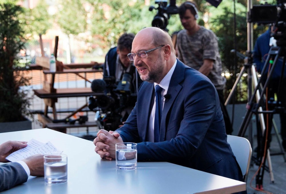 Germany's Social Democratic Party candidate for chancellor Martin Schulz (C) attends the TV summer interview of the public broadcaster ZDF on August 13, 2017 in Berlin. (AFP PHOTO)