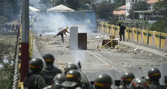 Demonstrators clash with Venezuelan National Guard forces at the Simon Bolivar international bridge -linking Cucuta with Venezuelan city San Antonio del Tachira- in Cucuta, Colombia, on February 24, 2019. (AFP Photo)