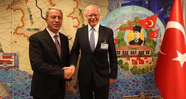 وزير الدفاع التركي خلوصيأقار يسار  والمبعوث الأمريكي الخاص إلى سوريا جيمس جيفري يسار