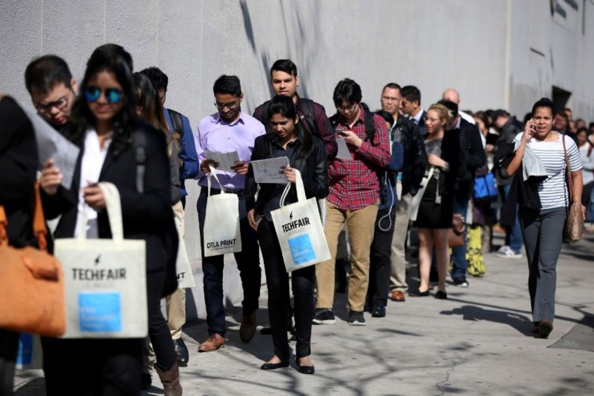 People wait in line to attend TechFair LA, a technology job fair, in Los Angeles, California, U.S., January 26, 2017. (REUTERS Photo)