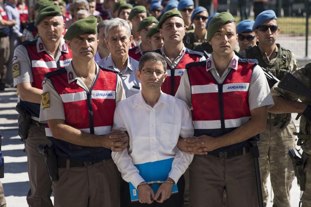 Kemal Batmaz being escorted by two gendarme officers, with former Air Force Commander Aku0131n u00d6ztu00fcrk right behind him.