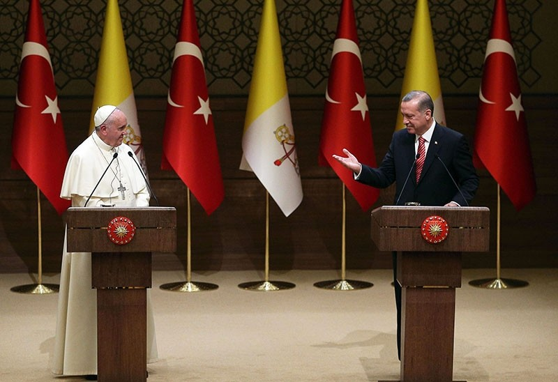 President Recep Tayyip Erdou011fan (R) and Pope Francis (L) deliver a news conference following their meeting at the presidential palace in Ankara, Turkey, Nov. 28, 2014 (EPA File Photo)