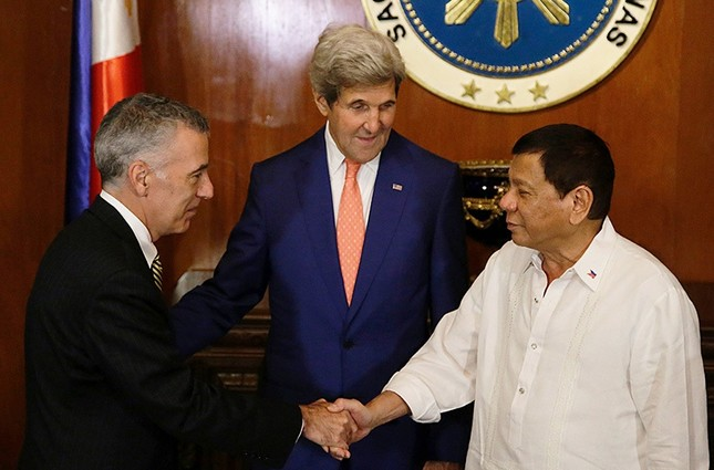 This file photo taken on July 27, 2016 shows Philippine President Rodrigo Duterte (R) greeting US Ambassador to the Philippines Philip S. Goldberg (L) as US Secretary of State John Kerry looks on. (AFP File Photo)