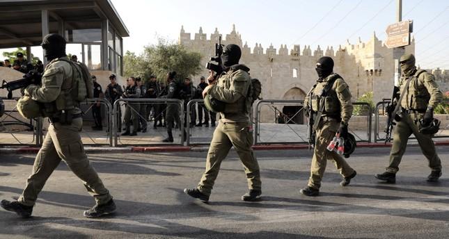 عناصر من الشرطة الإسرائيلية في محيط باب العامود (رويترز)