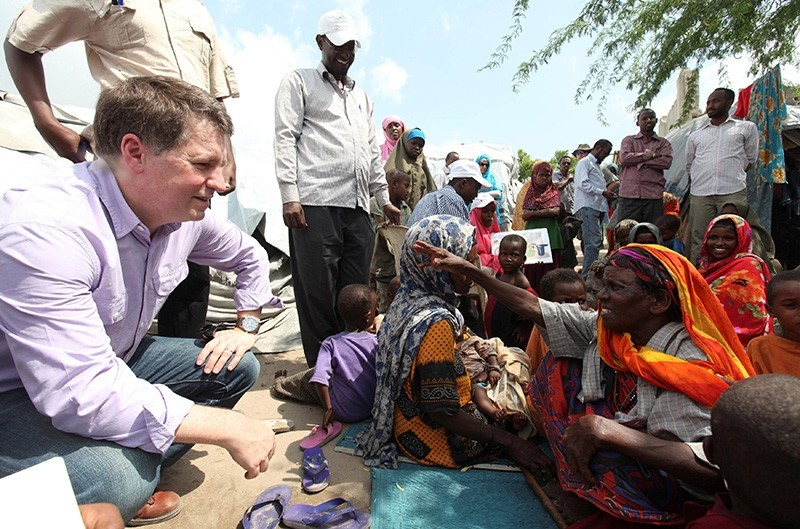 Justin Forsyth (L), Chief Executive of Save the Children UK, talks to internally displaced Somalis at a camp in the Hodan district of Somalia's capital Mogadishu, Nov. 21, 2012. (Reuters Photo)