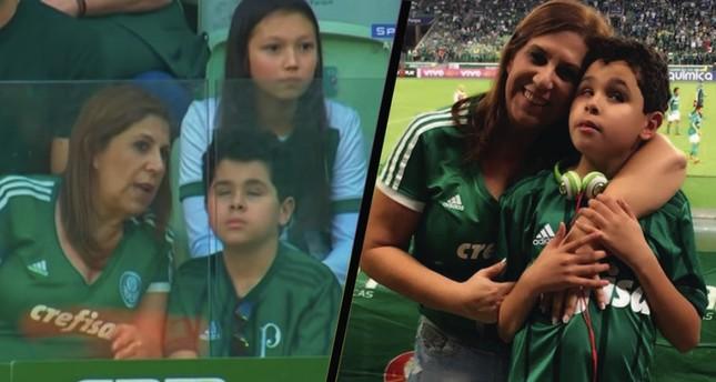 Silvia Grecco narrates a football match to her son, Nickollas.